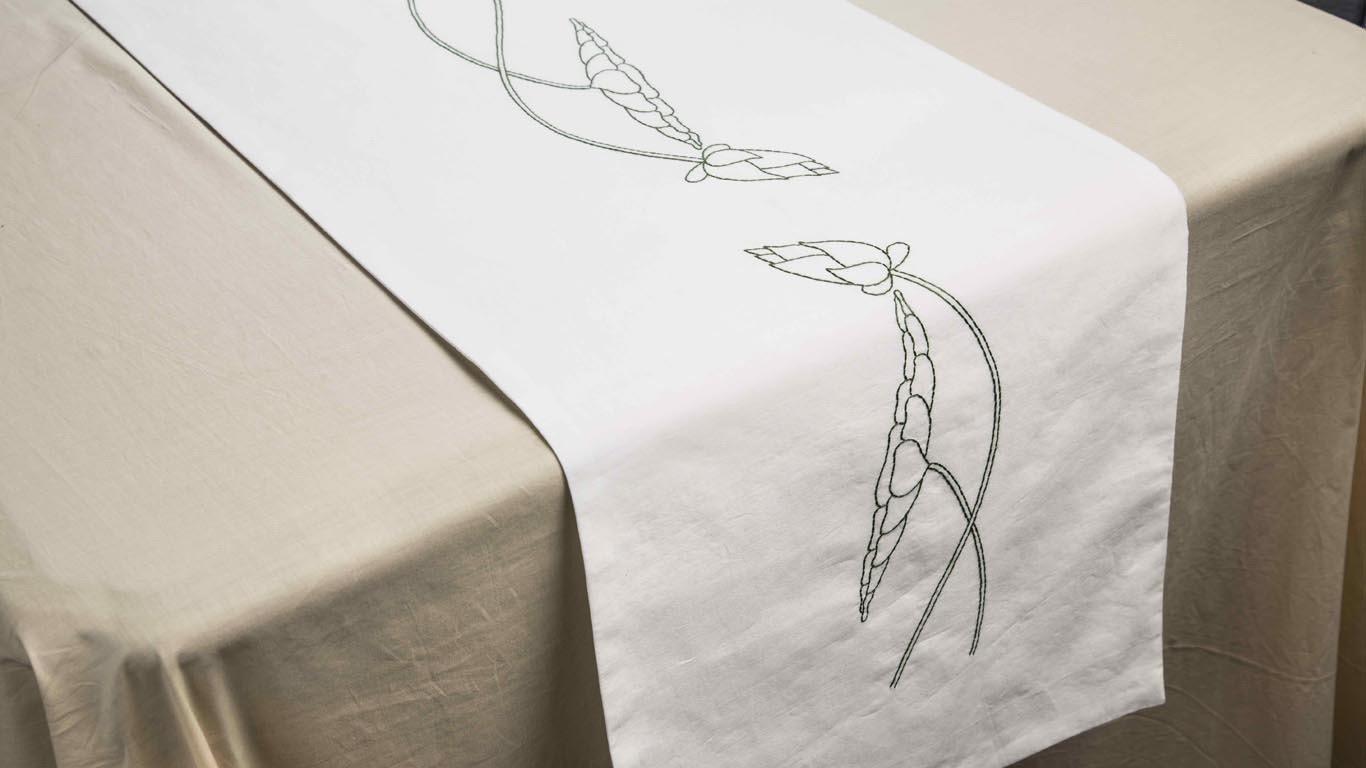 """Table runner """"Blooming Lotus"""" CH78TT"""